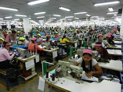 上場を予定しているグランドツイン社の縫製工場。多くの女工さんたちが一生懸命働いている。