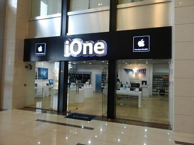 プノンペンのアップルショップのiOne。韓国メーカーと厳しい競争を繰り広げています。