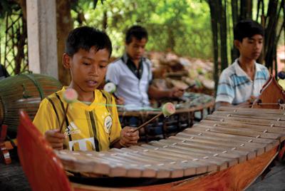 伝統楽器の練習生は男の子中心