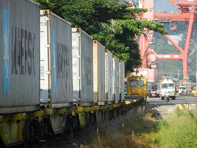 シアヌークビル港でコンテナを積み込み中の貨物列車。