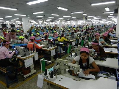 プノンペン郊外の縫製工場。多くの工員さんが働いています。(写真と記事とは直接関係ありません)