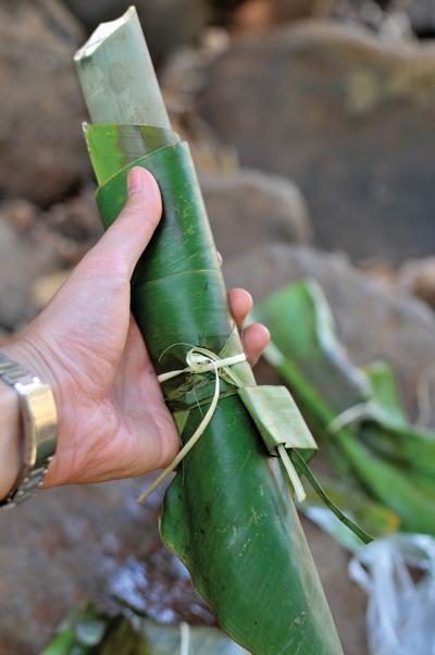 キャッサバ粉と具材を炊き合わせた民族料理「コプローム」