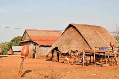 プノン族の伝統的な竪穴住居。中央に炉があり、煮炊きや暖を取るのに使う