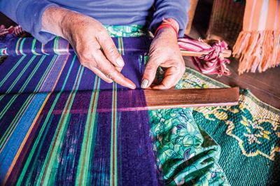 縦糸を掛けた2本の棒の片方を足や壁にかけ、 もう片方を腰に結び付けて織り機とする