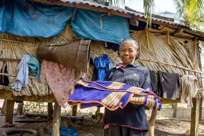 村に1枚だけ残るという伝統布を手に持つスティエン族の女性
