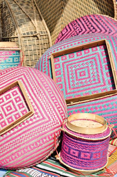 湖周辺の土産物屋で売られている竹細工はトンプーン族が好んで使う幾何学模様で彩られている