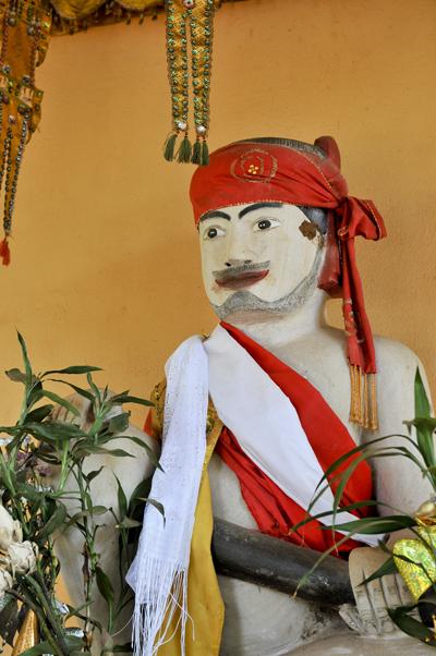 ヤッロォム湖の祠に祀られている精霊 ネアックター・バーロマイッ・ベン・ヤッロォム像
