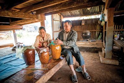酒の仕込み夫婦共同作業。アルコールの強さや甘みは、米の種類や熟成期間によって変わる