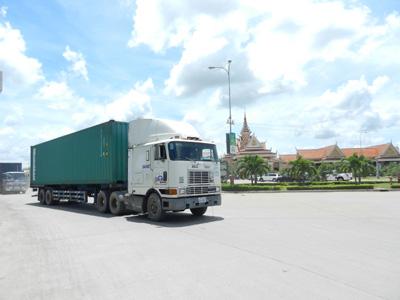 コンテナトラックが多数行きかうカンボジア(バベット)~ ベトナム(モクバイ)国境