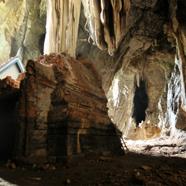 洞窟の中の寺院